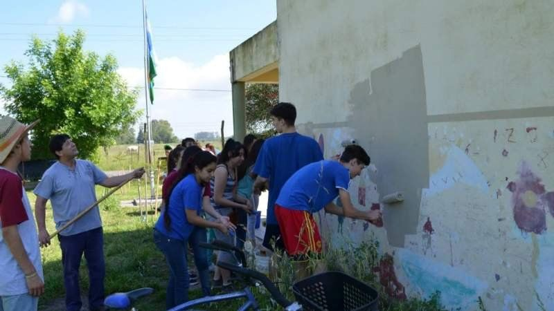 Proyecto solidario: alumnos de Monte Grande pintan la escuela N°5