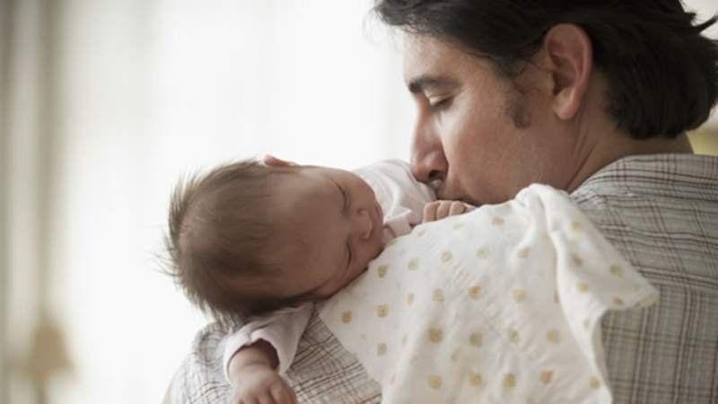 Proponen extender la licencia por paternidad