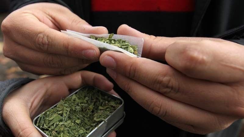 Agentes de la Policía Local detuvieron a tres personas por tenencia de marihuana