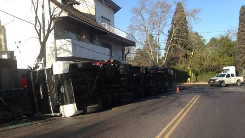 Volcó un camión en Santamarina y Santamarina