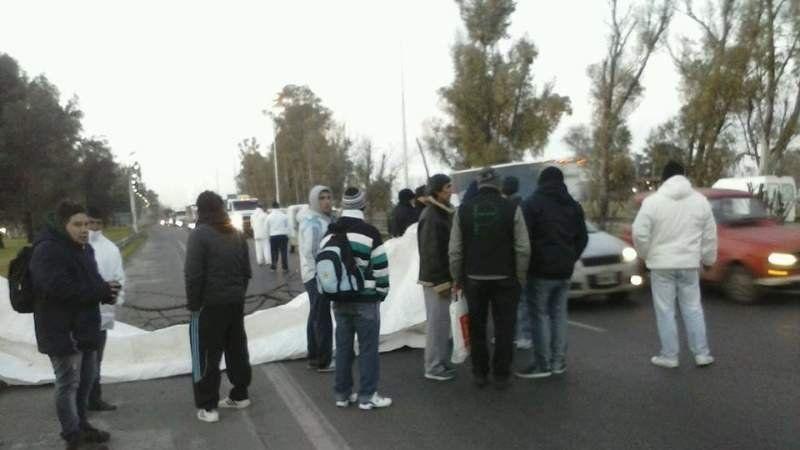 Por segundo día consecutivo cortan la autopista Ricchieri