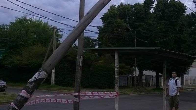 Vecinos en alerta por posible caída de un poste