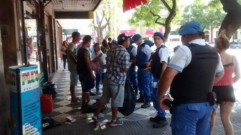 La Policía Local demora a vendedores ambulantes