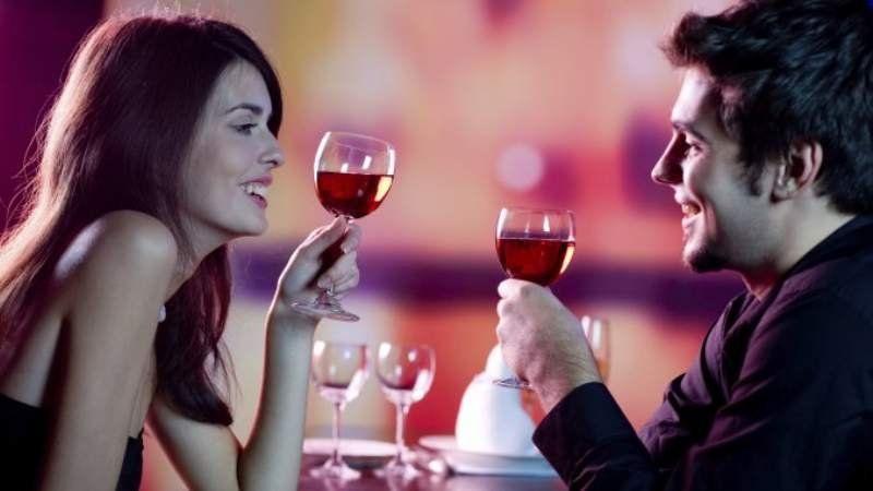 Las parejas que toman alcohol son más felices