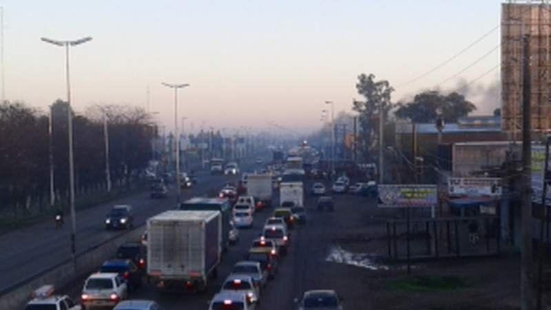Corte y caos vehicular sobre Camino de Cintura