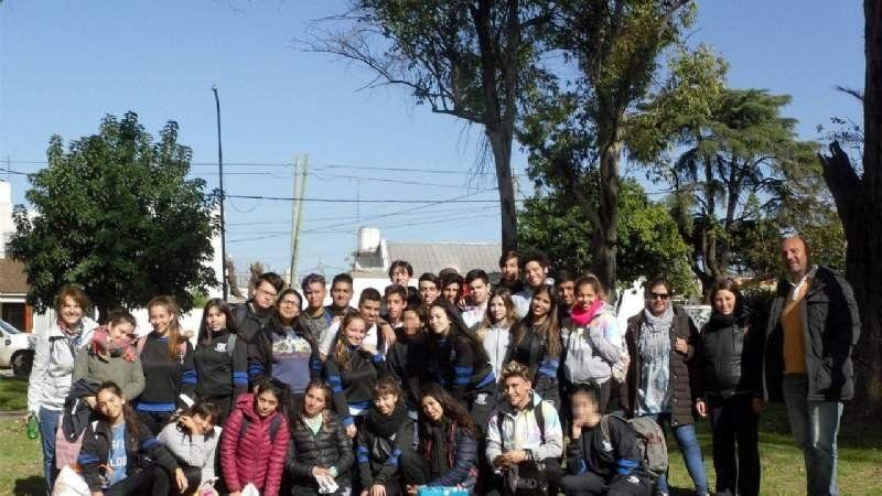 El Instituto Buenos Aires pintó los bancos de la estación de Claypole