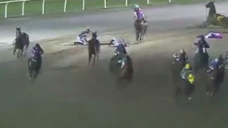 Video: Insólito accidente en plena carrera de caballos