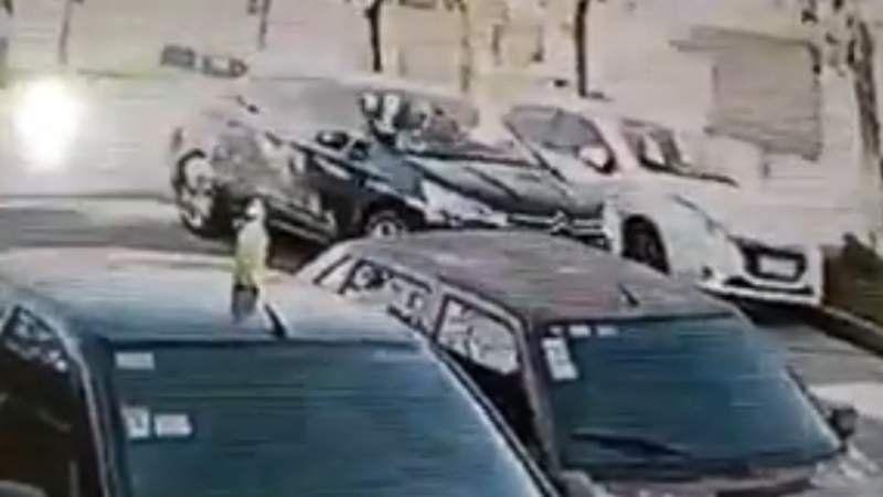 Le roban una rueda casi sin bajarse del auto