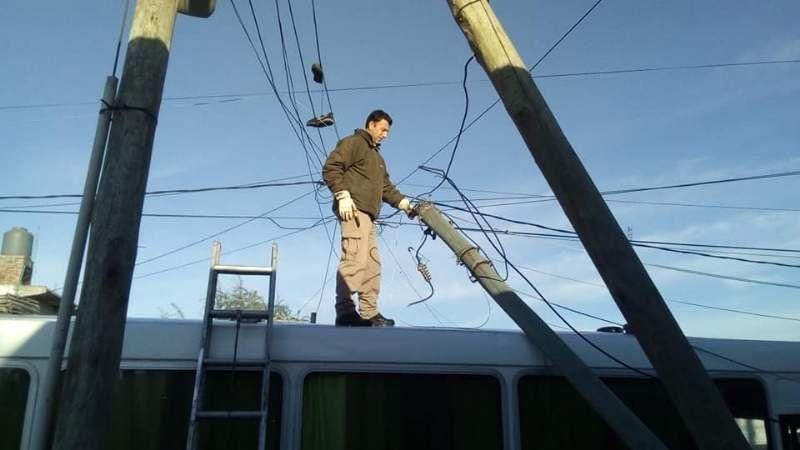 Se produjo la caída de un poste de luz en un micro escolar en el Barrio Obrero