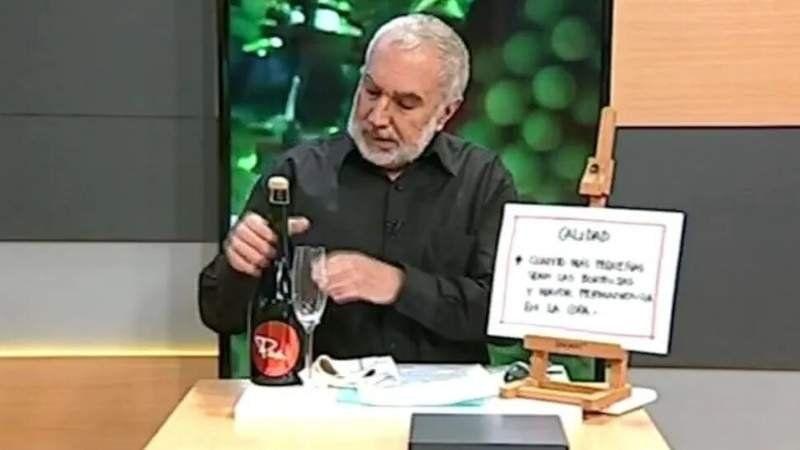 Viral: descorchó una botella en un programa de televisión y le salió mal