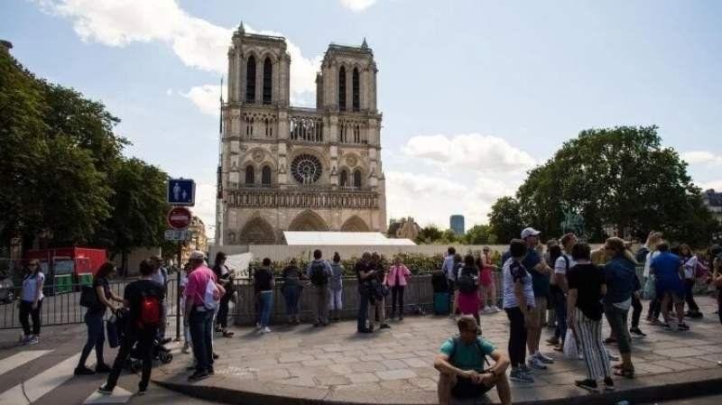 Realizan con cascos la primera misa en Notre Dame tras el incendio