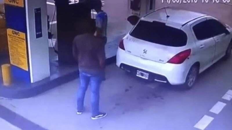 Video: fue a cargar GNC y estalló el tanque en el que guardaba cocaína en Salta