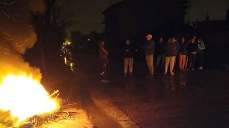 Por falta de luz, vecinos cortan calles en Rafael Calzada