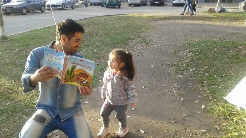 Leer da sueños: Colgaron libros en los árboles para que todos puedan verlos