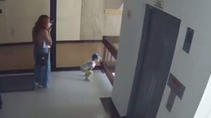 Video: su hijo cayó al vacío y la madre lo salvó en el último segundo