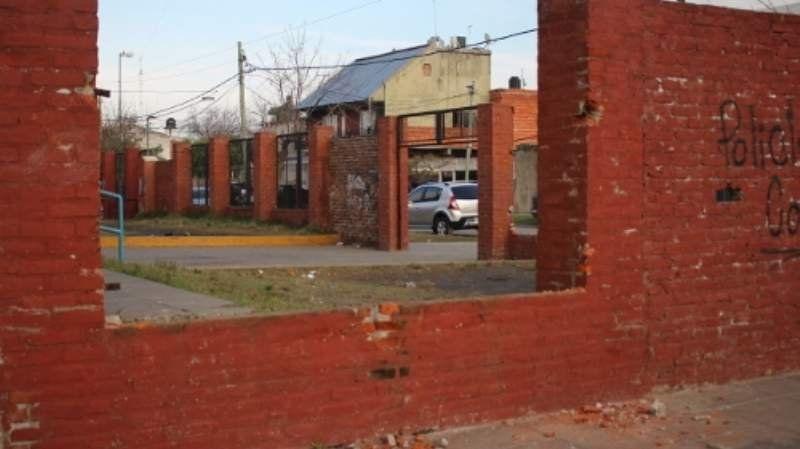 Roban las rejas de la escuela 77 de Caraza