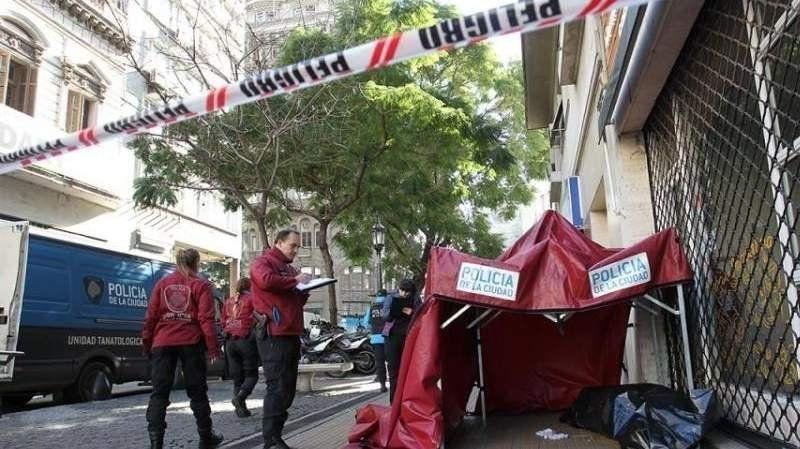 Un hombre en situación de calle no aguantó el frío y murió en pleno centro porteño