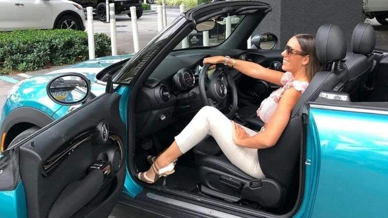 Una modelo estacionó su auto en Ezeiza y la escracharon por multas y deudas