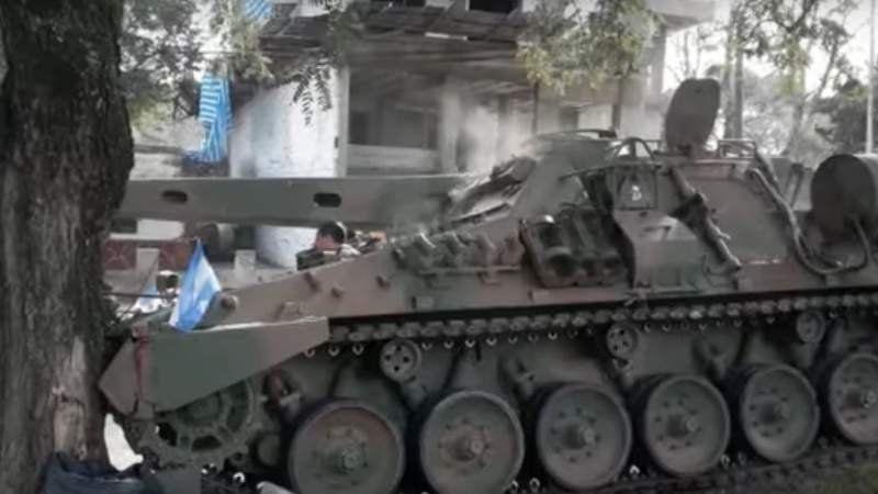 Entre Ríos: Un tanque se quedó sin frenos en pleno desfile y chocó contra un árbol