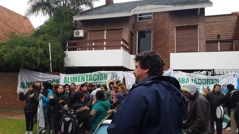Se manifiestan frente a la casa de su empleador para pedir por los sueldos
