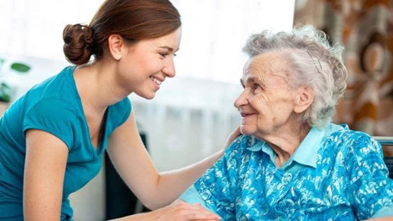 Abren una capacitación online para cuidadores de personas mayores