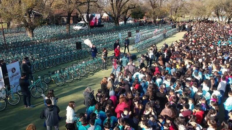 Grindetti entregó 1800 bicicletas por el 75° aniversario de Lanús