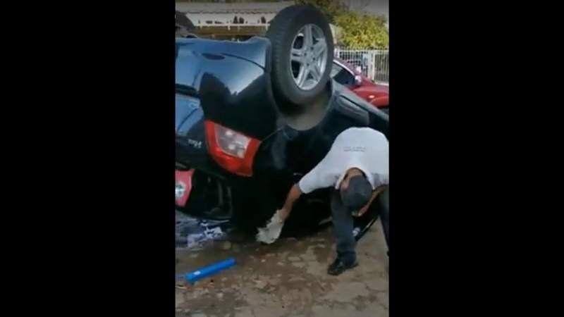 Paraguay: Volcó en un lavadero y nunca dejó de limpiar el auto