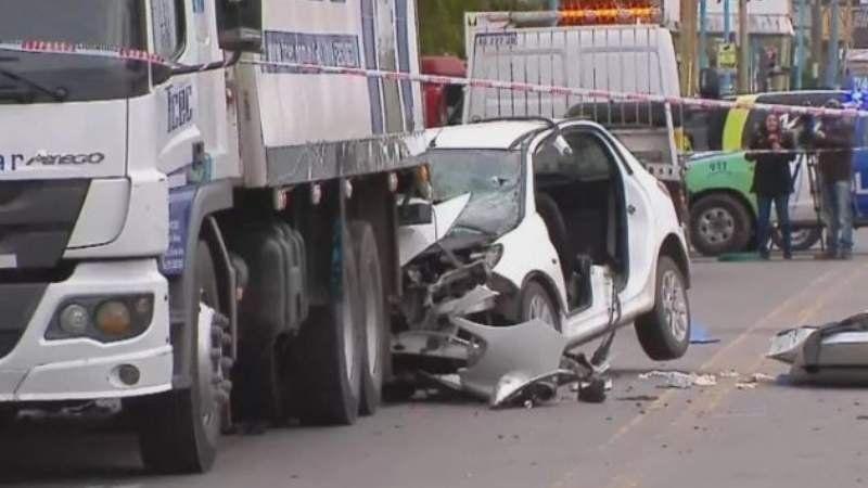 Quilmes: un auto se incrustó debajo de un camión y dejó tres muertos