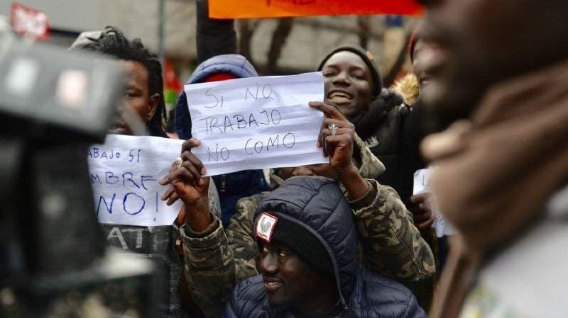 Insólita protesta de senegaleses al grito de Perón, Perón, que grande sos