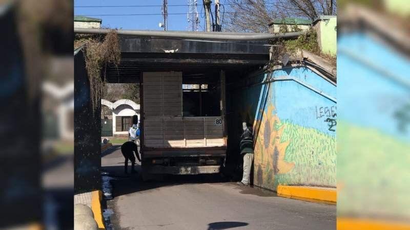 El blooper del fin de semana: una camioneta se atascó en el puentecito de Colón