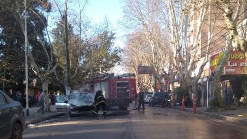 Se prendió fuego un auto en pleno centro de Monte Grande