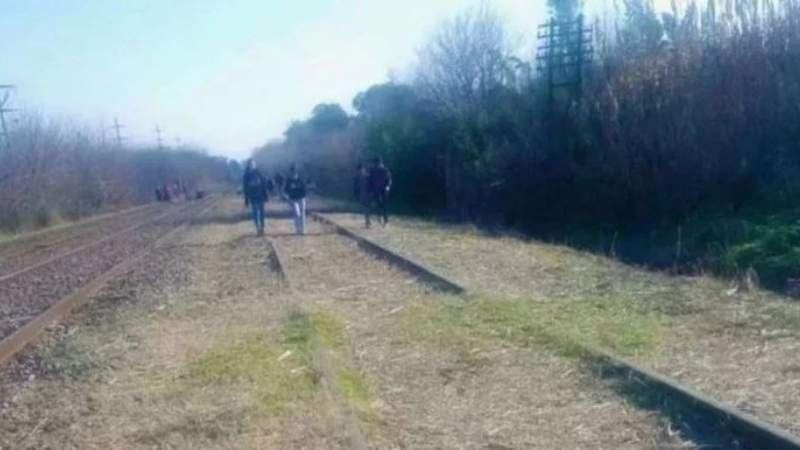 Misterio en Luján: buscan a un bebé en las vías del tren tras escuchar sus llantos