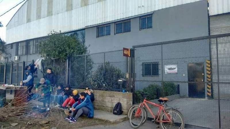 Una fábrica del parque industrial cerró sus puertas con cadenas y dejó a más de 35 familias en la calle