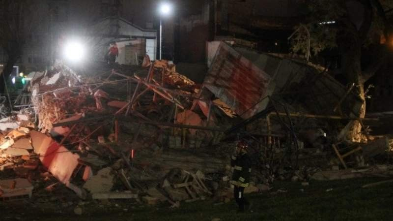 Impactante derrumbe de un edificio en la General Paz: Buscan saber si hay víctimas
