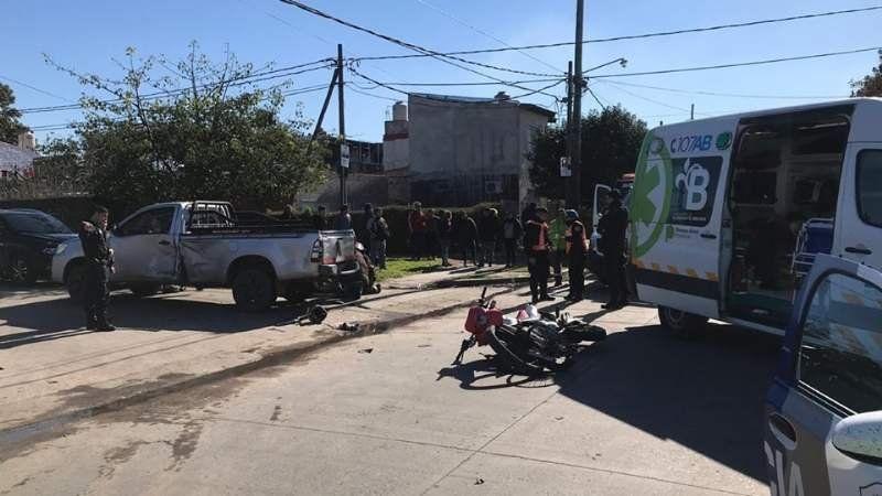 Un choque entre una moto y una camioneta resultó con tres heridos