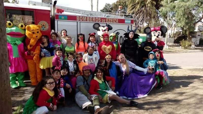Los Bomberos Voluntarios de Ezeiza organizaron una sorpresa por el Día del Niño