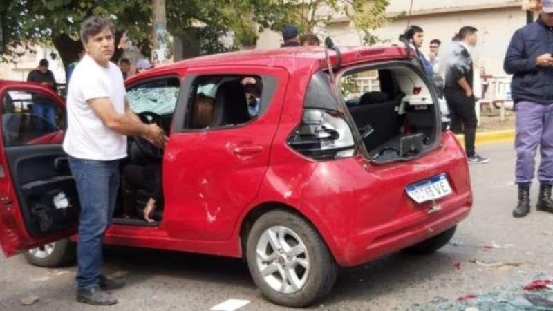 Atropelló a cinco personas para pasar un piquete y le destrozaron el auto