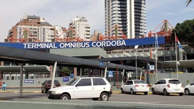 Tiros en una terminal de Córdoba: dos chinas muertas y un hombre herido