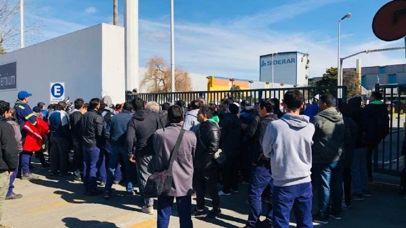 Empleados de Siderar reclaman sueldos y exigen la reincorporación de operarios despedidos