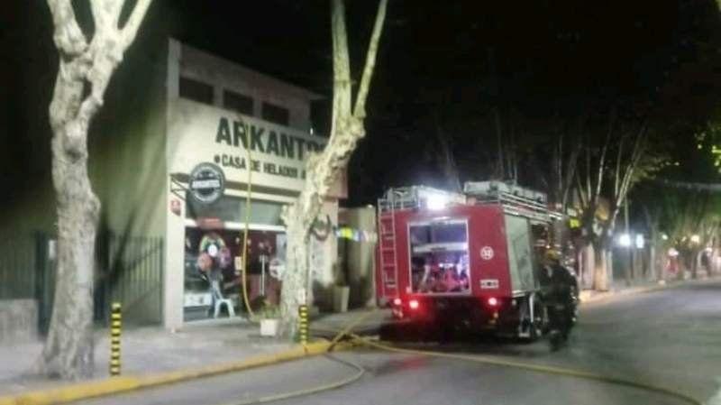 Se incendió una heladería en el centro de Monte Grande