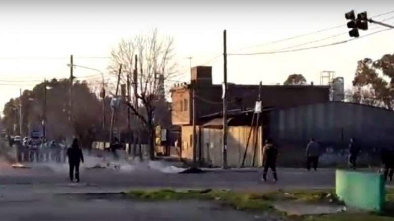 Duro enfrentamiento entre la Policía y la UOCRA en Ensenada