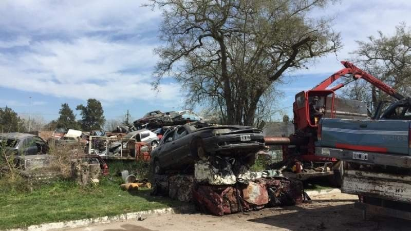 Ya compactan los autos que se acumulan como chatarra en San Vicente, Korn y Domselaar