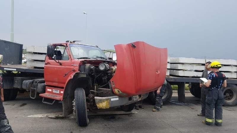 Accidente y milagro en la ruta 6: un camión que llevaba durmientes quedó atravesado