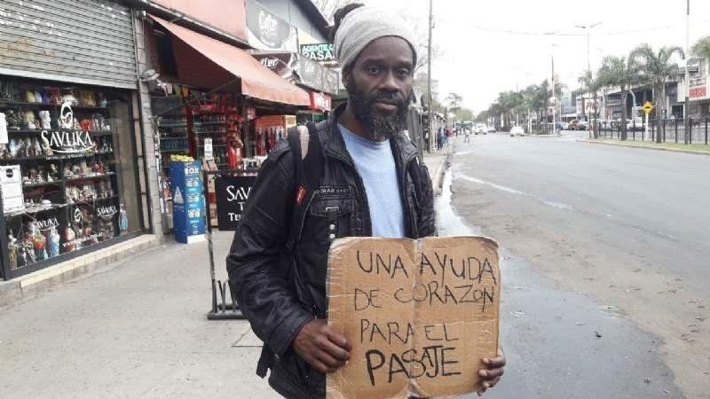 Vino desde Jamaica, perdió todo lo que tenía y ahora busca volver a su país