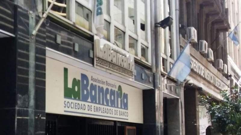 Bancarios acordaron un aumento salarial del 50% con cláusula gatillo