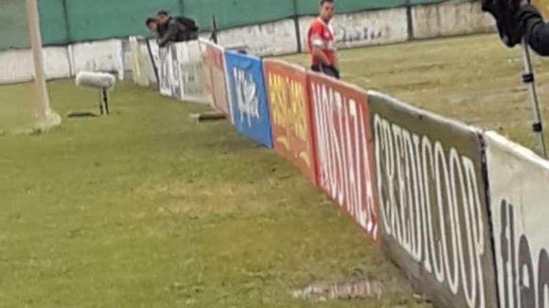 El arquero de Tristán Suárez no aguantó las ganas y orinó detrás del arco en pleno partido