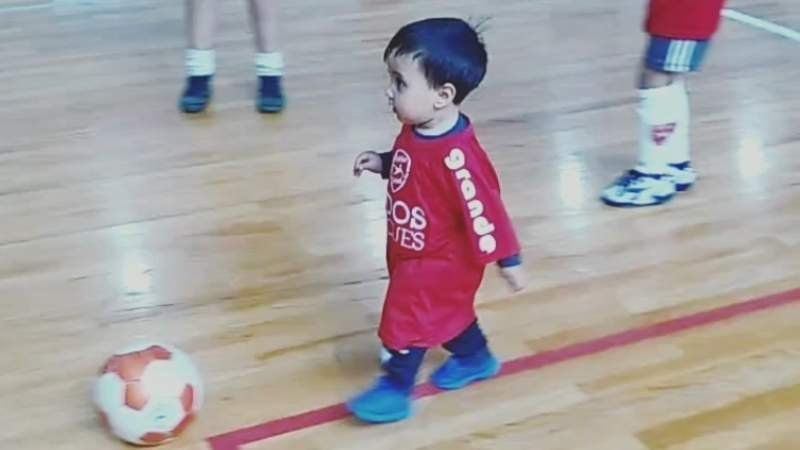 Crack en pañales: un bebé de un año jugó su primer partido de futsal