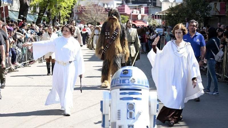 Cientos de vecinos disfrutaron el desfile solidario de Star Wars en Adrogué