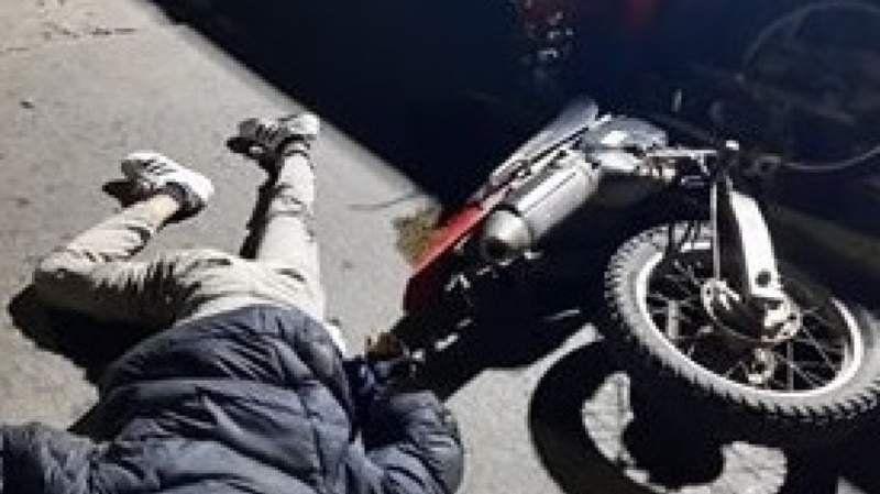 Fiorito: un motociclista chocó contra el acoplado de un camión y murió