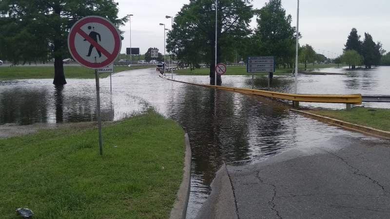 Insólito: Debieron subir a la autopista en contramano porque estaba inundado el acceso en Ezeiza